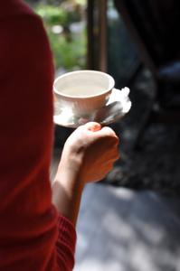 DSC_0167桜茶を運ぶ森さん.jpg